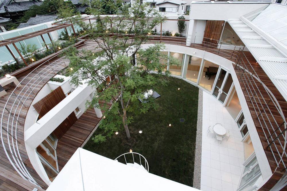 Courtyard, F Residence by Edward Suzuki Architecture