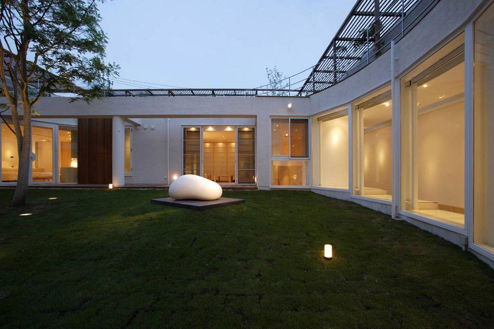 Courtyard, F Residence by Edward Suzuki Architecture