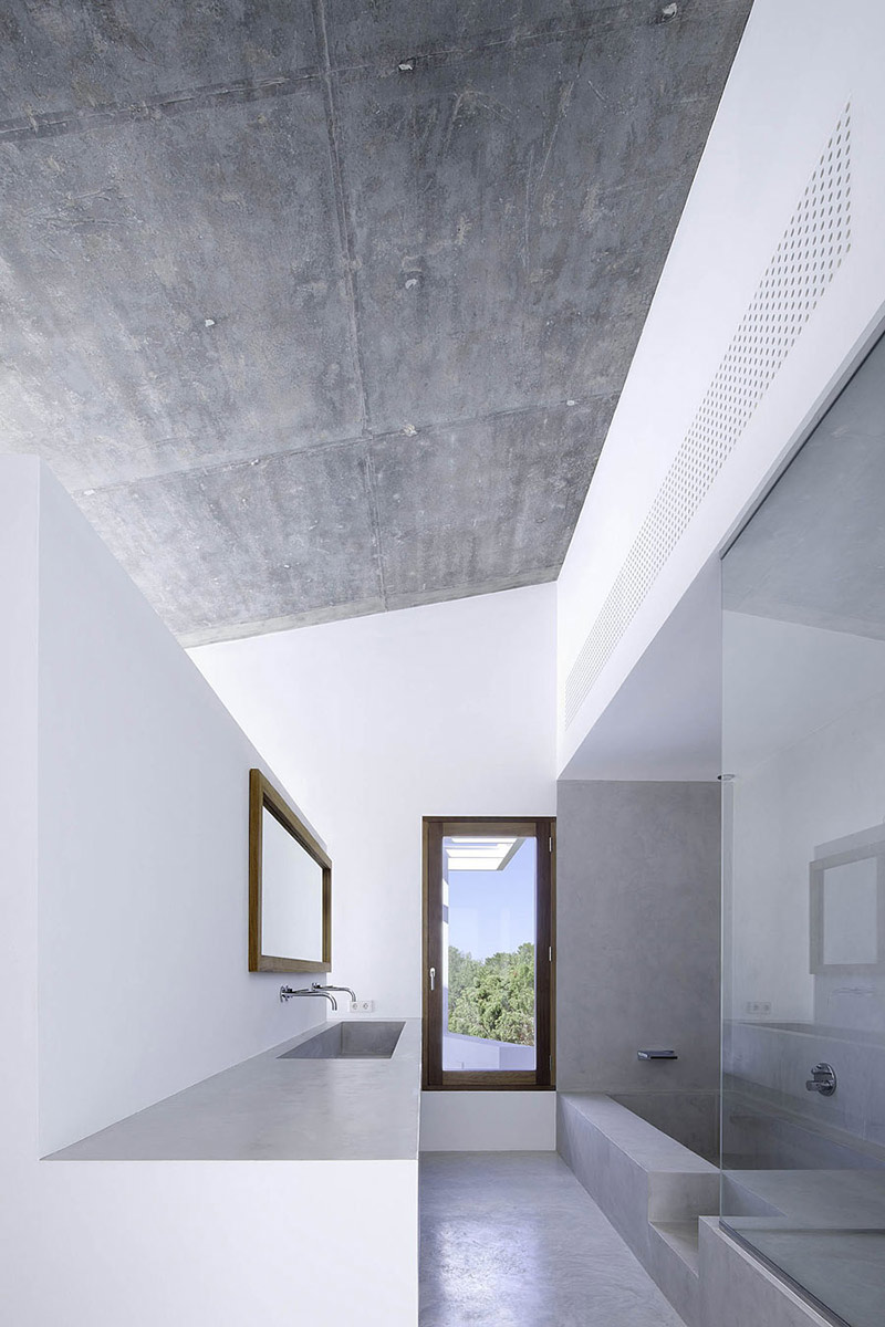 Bathroom, Can Manuel d'en Corda by Marià Castelló Martínez