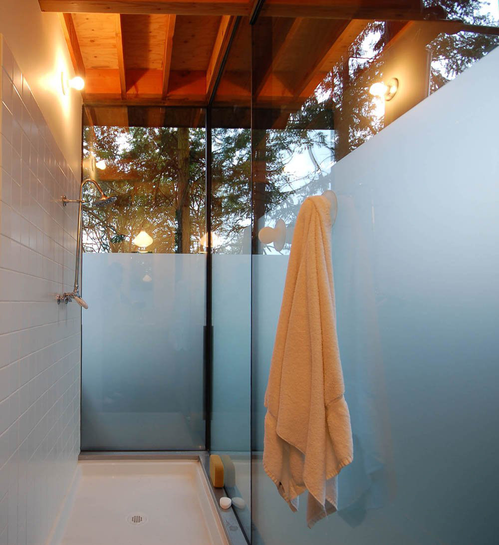 Shower Room, Sneeoosh Cabin, Washington by Zeroplus Architects