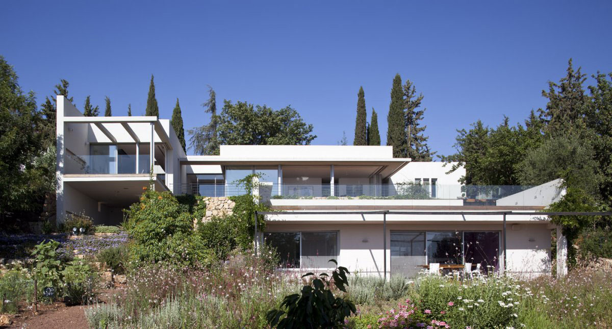 Hillside house overlooking the hahula valley israel for Modern house design on hillside