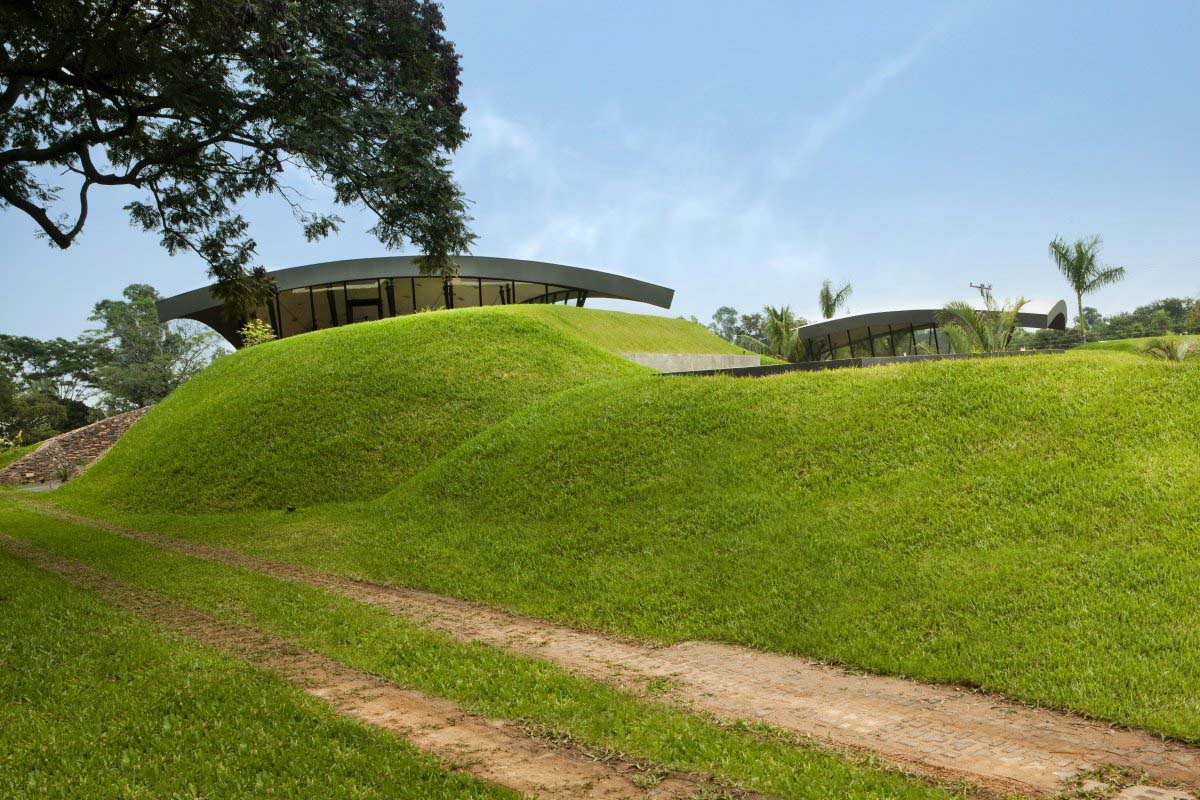 Grass mounds two homes in luque paraguay by bauen for Mounding grass
