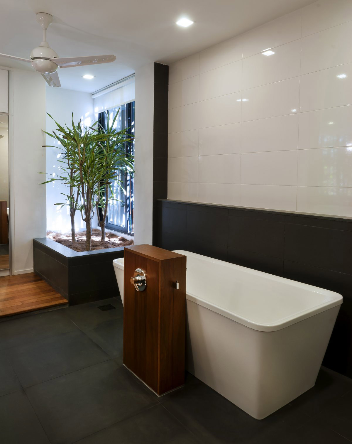 Bathroom dark floor tiles modern home in kuala lumpur for Bathroom designs with dark floors