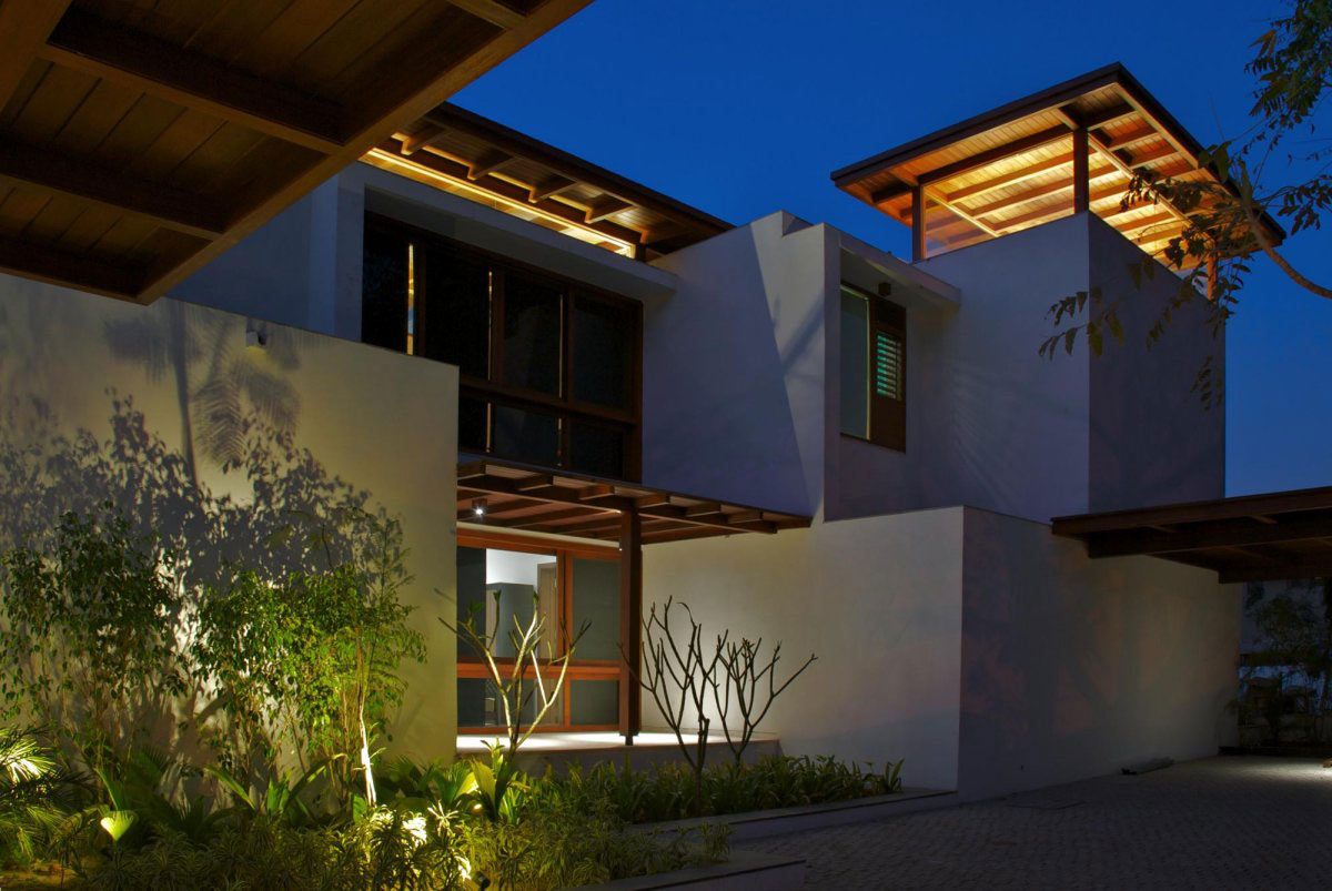 Outdoor lighting courtyard house by hiren patel architects for Contemporary courtyard houses