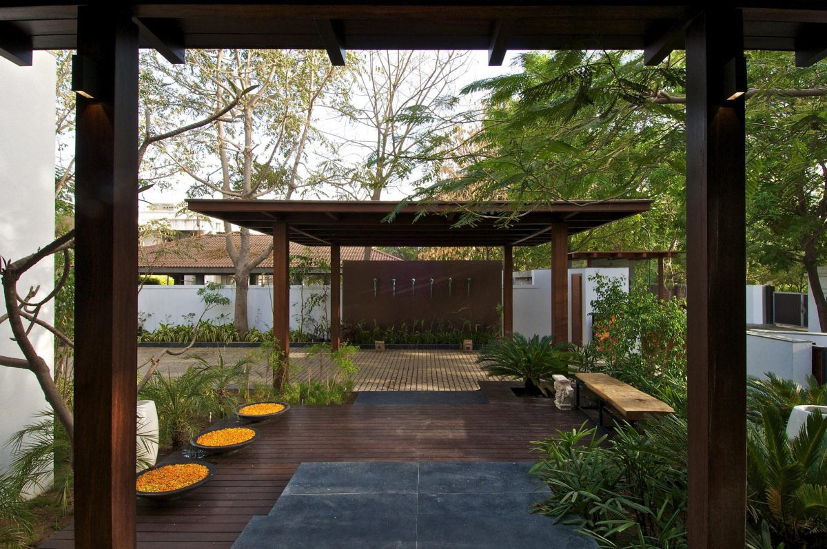 Pergola, Decking, Courtyard House by Hiren Patel Architects