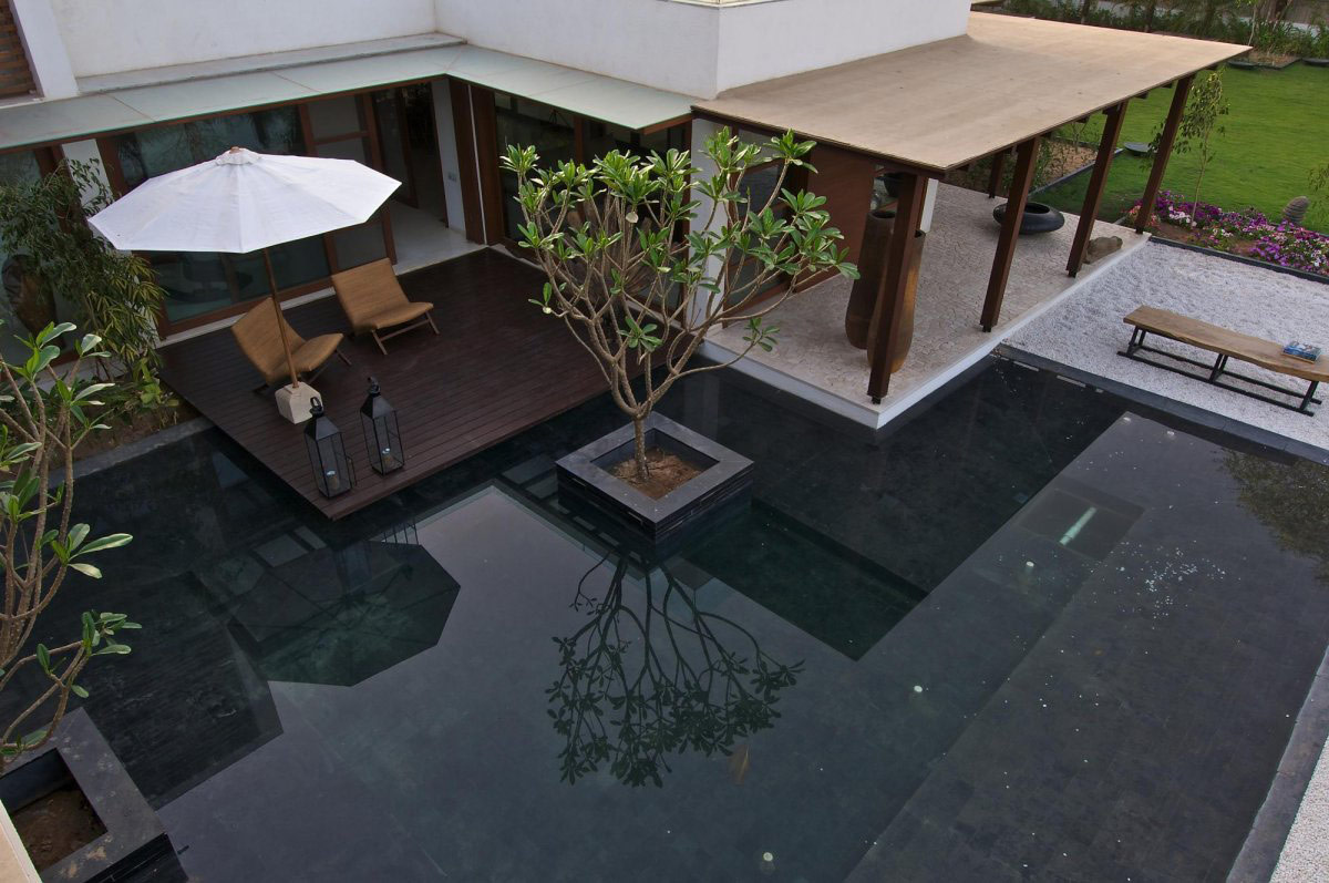 Terrace, Water Feature, Courtyard House by Hiren Patel Architects
