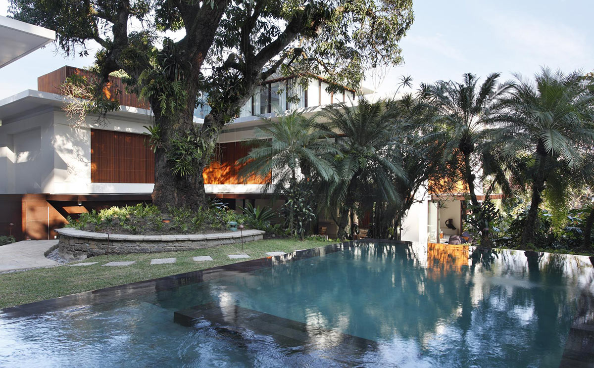 Outdoor Pool, Colonial Style House Renovation in Rio de Janeiro