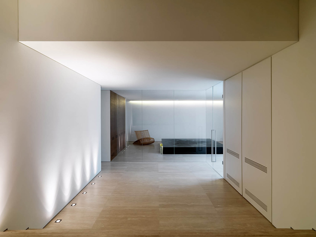 Glass walls jacuzzi minimalist interior in tuscany for Minimalist wall