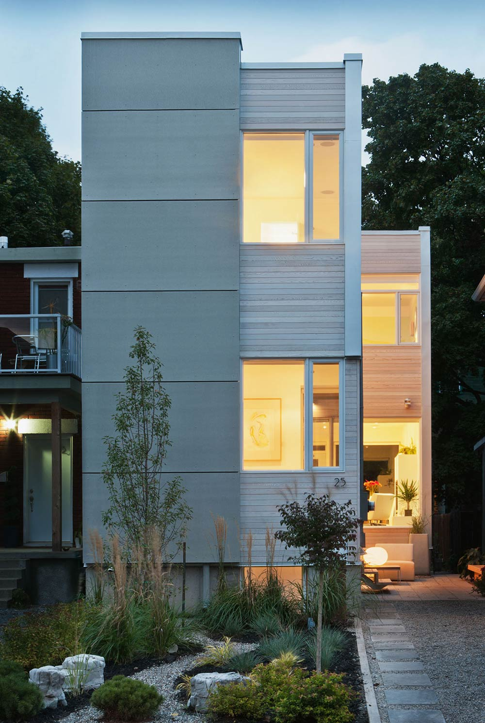 Narrow home in ottawa by rick shean for Narrow home designs