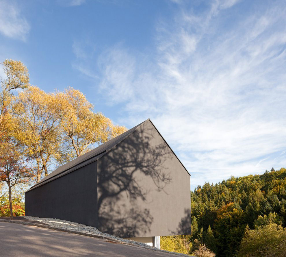 Black on White House in Wenzenbach, Germany by Fabi Architekten