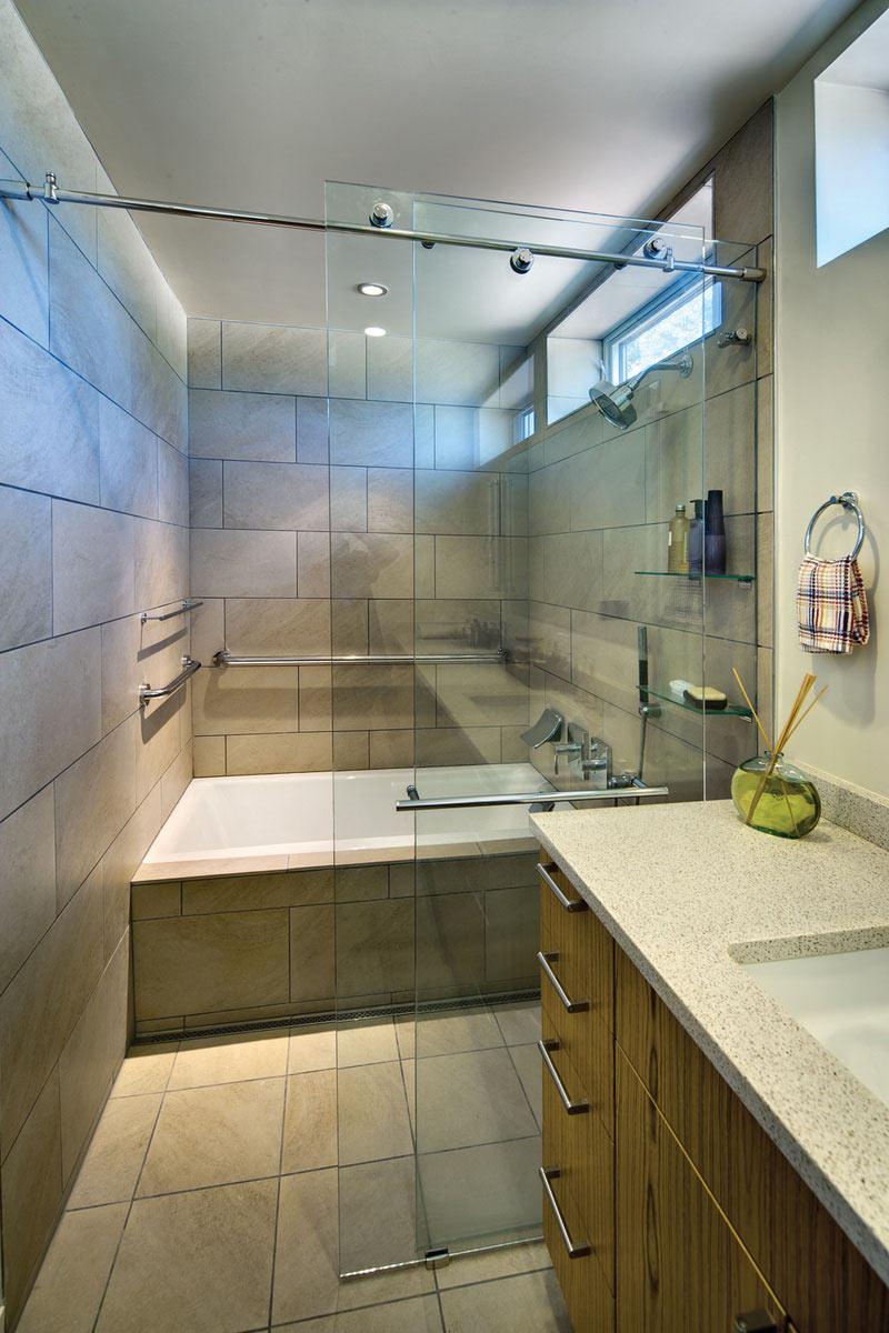 Bathroom, The Breezehouse in Healdsburg, California by Blu Homes