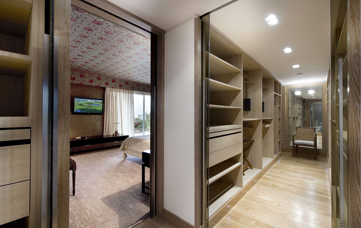 Bedroom walk in wardrobe villa on the cap ferrat c te d for Master bedroom with ensuite and walk in wardrobe