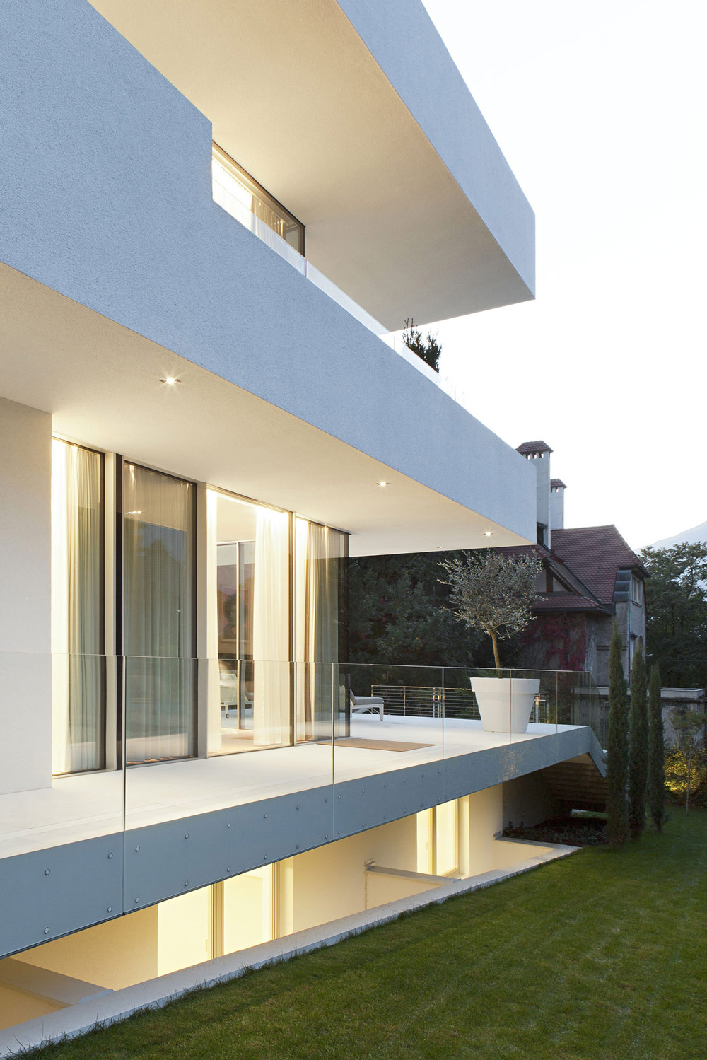 Balcony glass walls lighting house m in meran italy by for Minimalist architecture design house