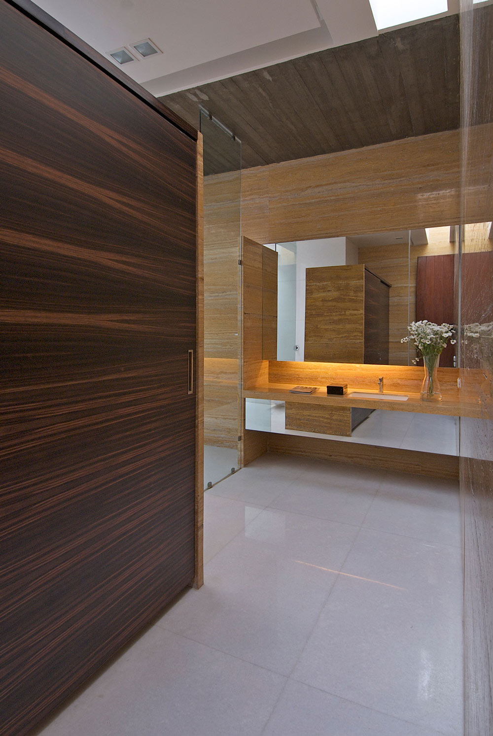 Bathroom, Poona House in Mumbai, India by Rajiv Saini