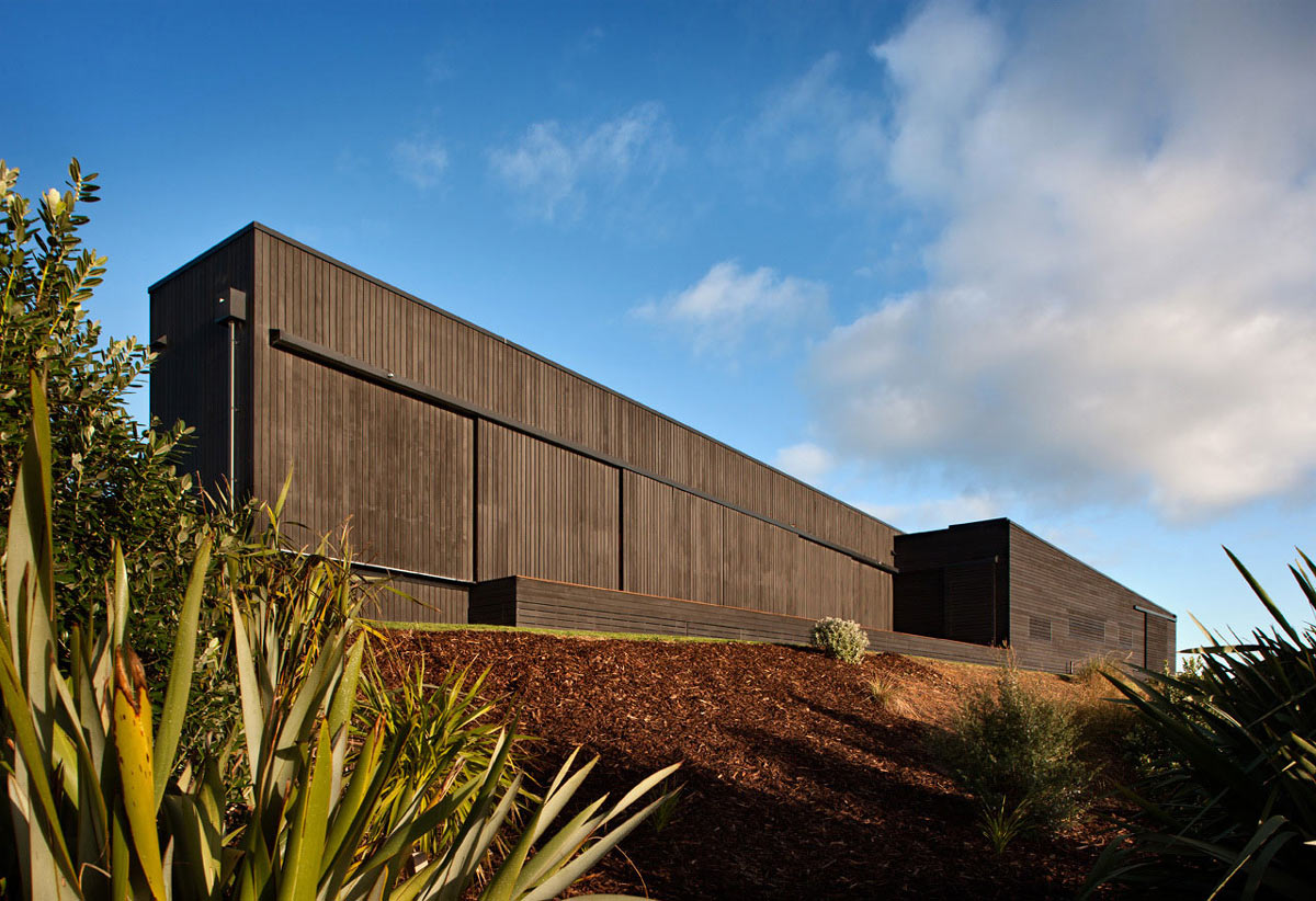 Dark Wood Cladding Tutukaka House In New Zealand By Crosson Clarke . Full resolution‎  file, nominally Width 1200 Height 822 pixels, file with #A47D27.