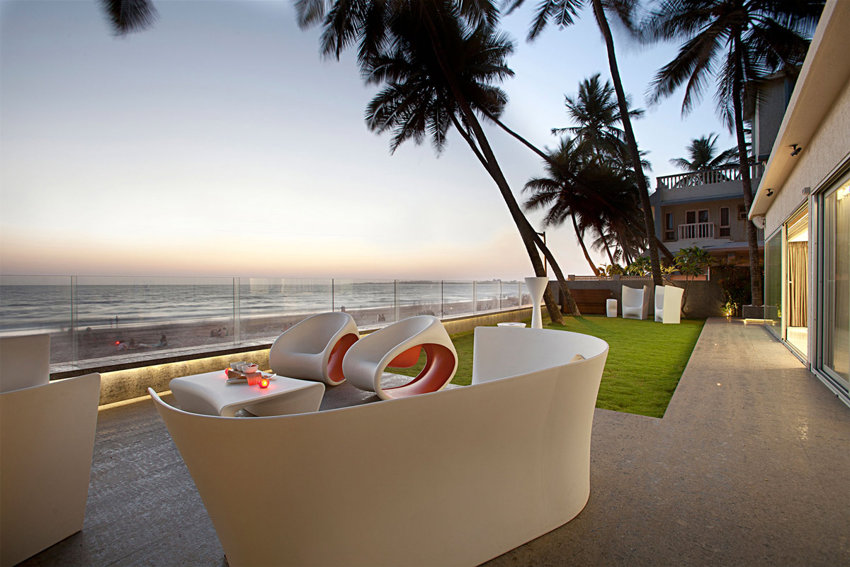 Terrace, Garden, Views, Apartment by the Beach in Mumbai, India by ZZ Architects