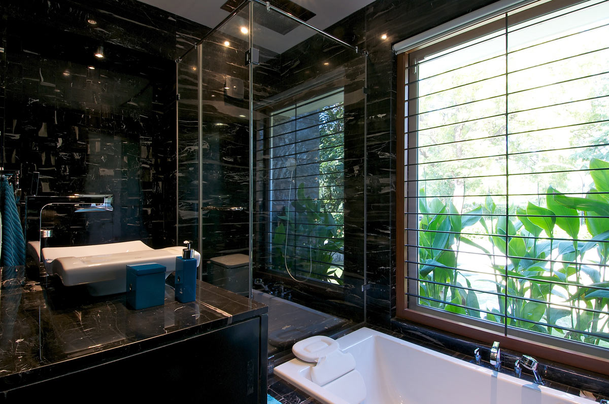 Dark Bathroom, Dinesh Mill Bungalow in Baroda, India by Atelier dnD