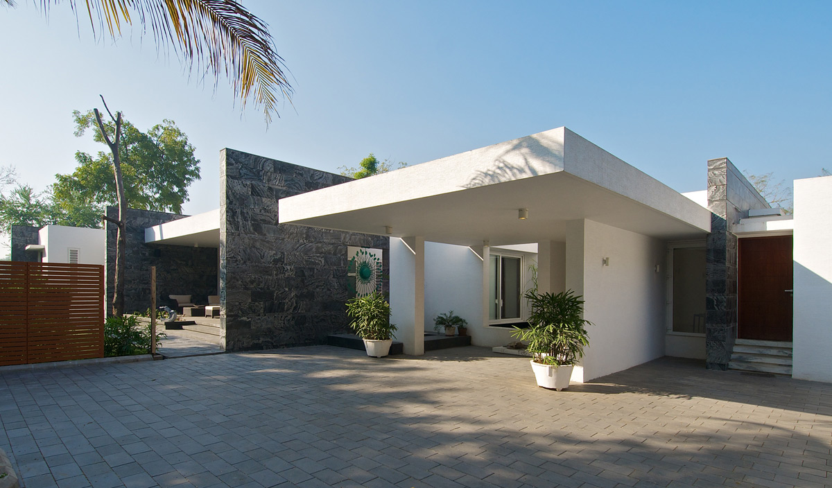 Entrance Porch, Dinesh Mill Bungalow in Baroda, India by Atelier dnD