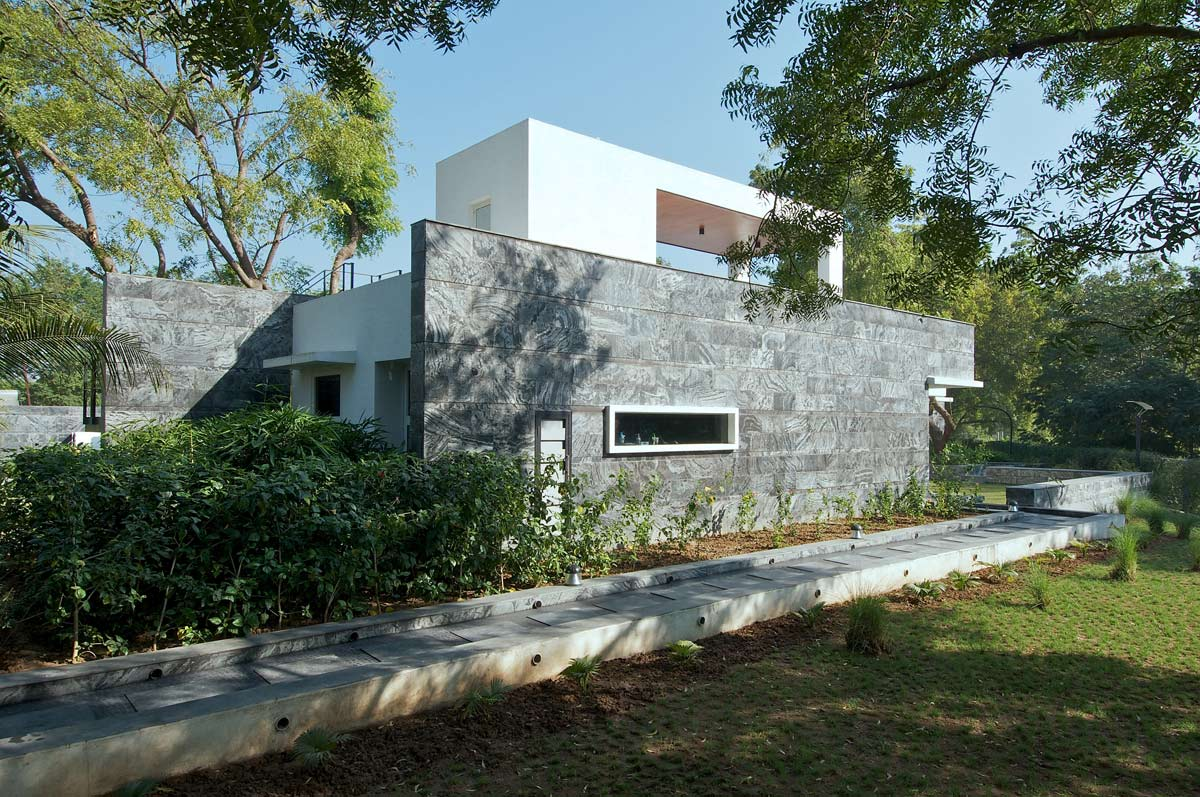 Gardens, Dinesh Mill Bungalow in Baroda, India by Atelier dnD