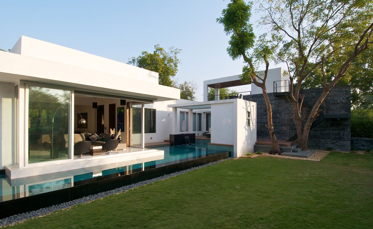 Lawn, Pool, Patio Door, Dinesh Mill Bungalow in Baroda, India by Atelier dnD