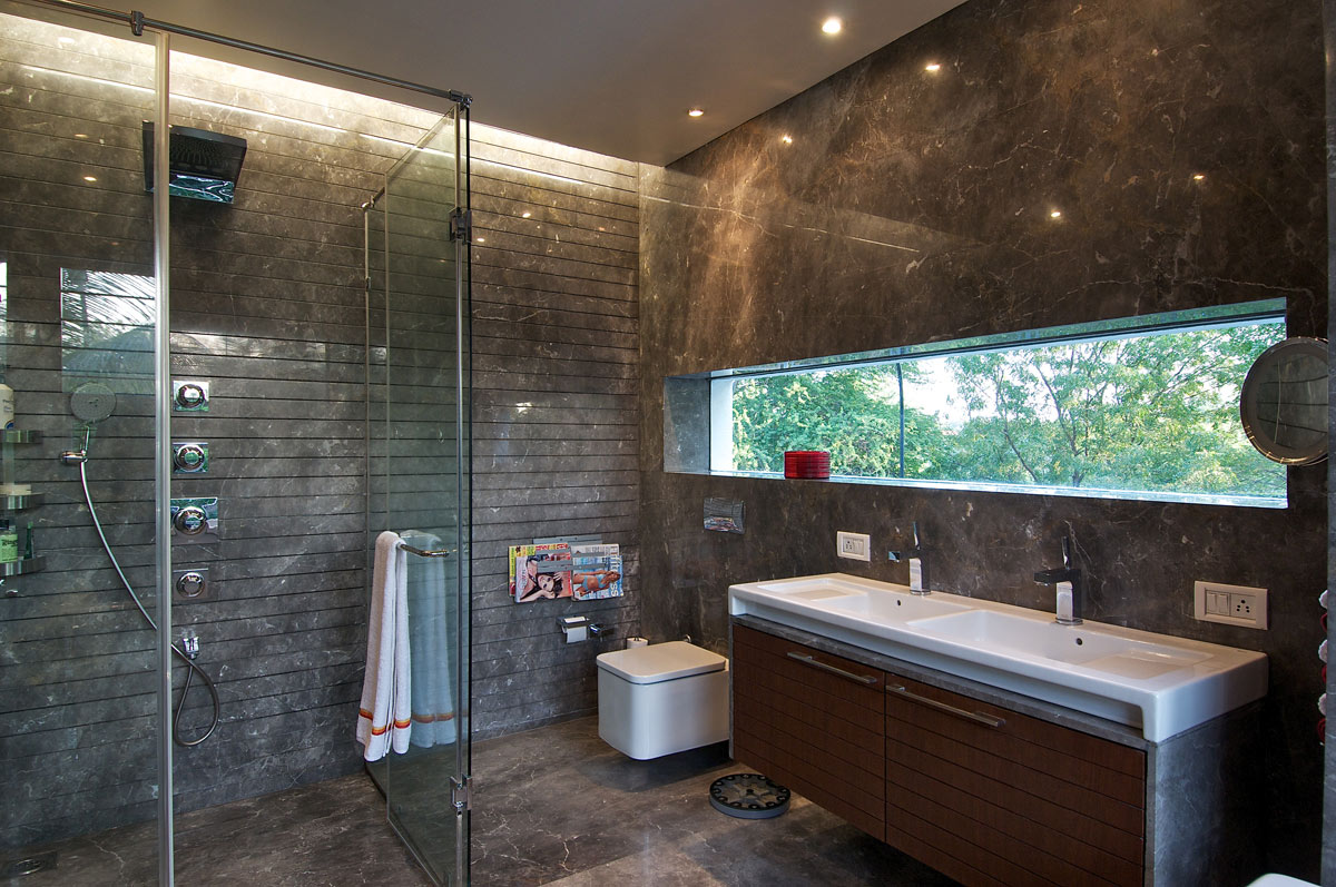 Master Bathroom, Dinesh Mill Bungalow in Baroda, India by Atelier dnD
