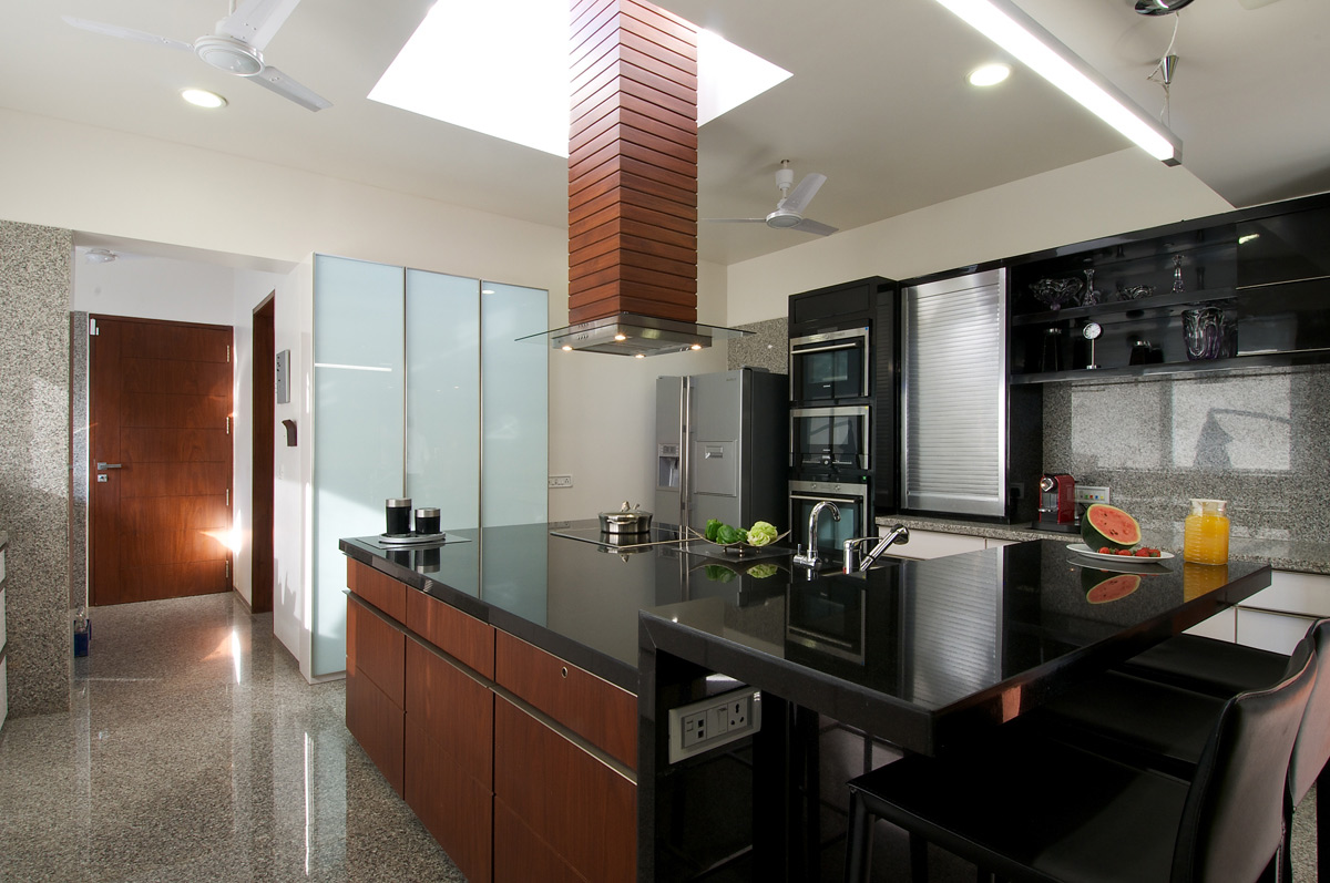 Modern Dark Kitchen, Dinesh Mill Bungalow in Baroda, India by Atelier dnD