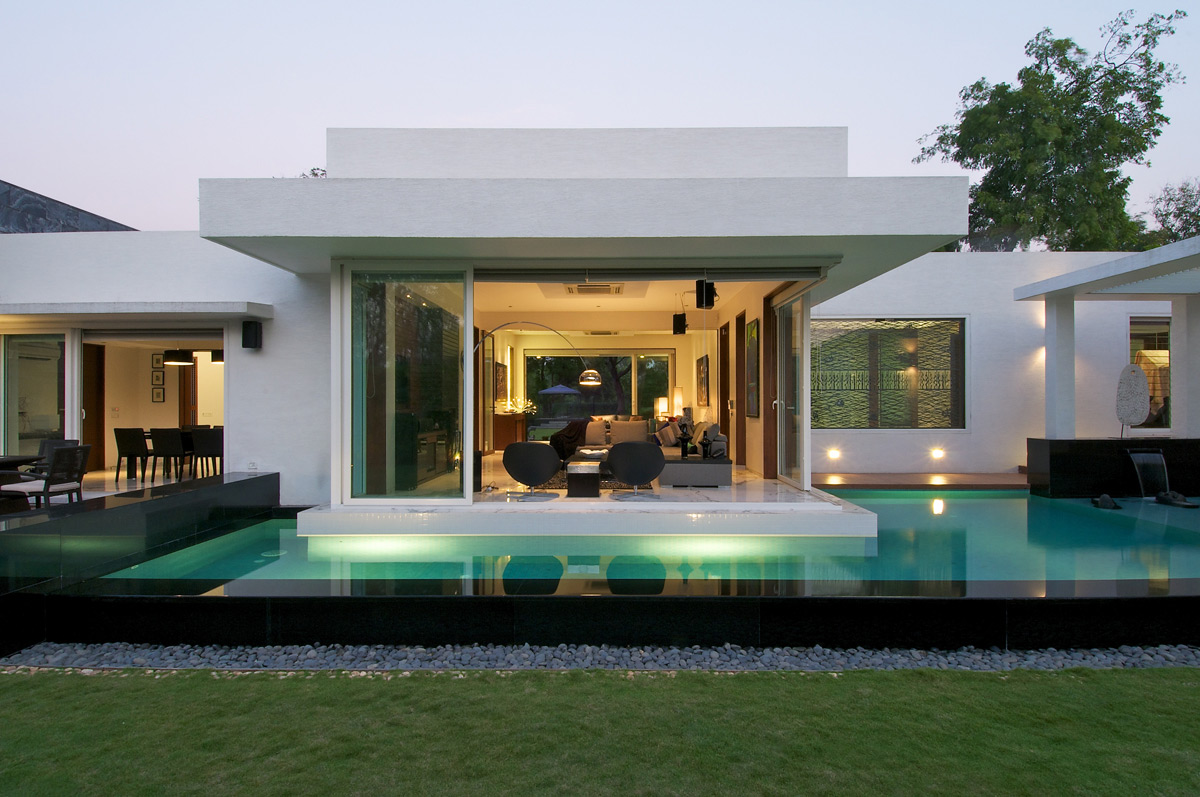 Pool Lighting, Dinesh Mill Bungalow in Baroda, India by Atelier dnD