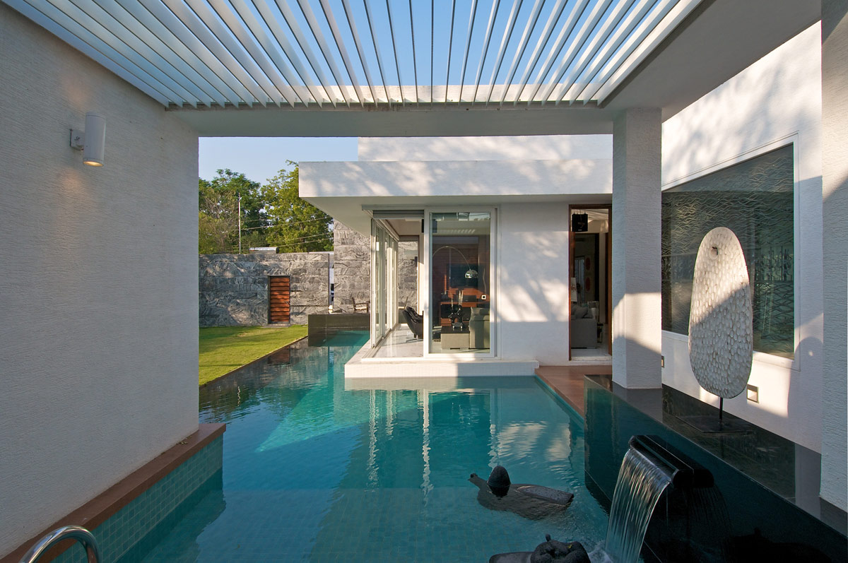 Pool, Water Feature, Dinesh Mill Bungalow in Baroda, India by Atelier dnD