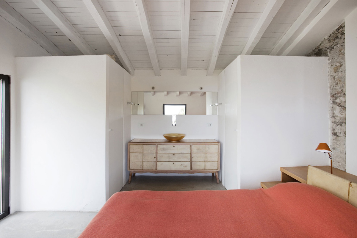 Bedroom, Bathroom, Farmhouse in Riomaggiore, Italy by A2BC Architects and SibillAssociati