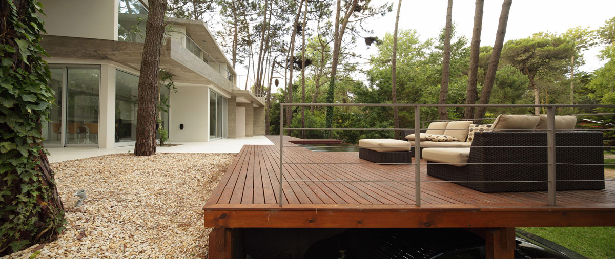 Deck outdoor living modern concrete house in caril for Modern garden decking designs