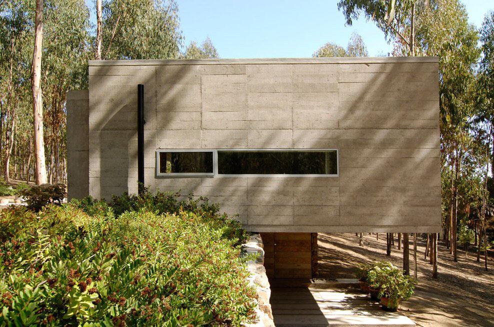 Concrete Walls, Omnibus House in Cachagua, Chile by Gubbins Arquitectos