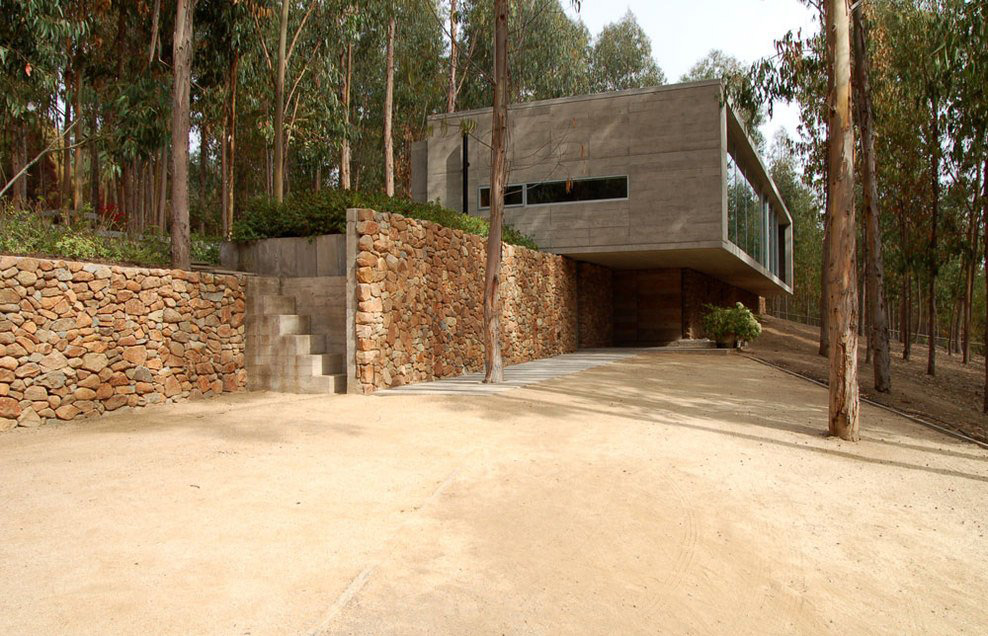 Driveway, Omnibus House in Cachagua, Chile by Gubbins Arquitectos