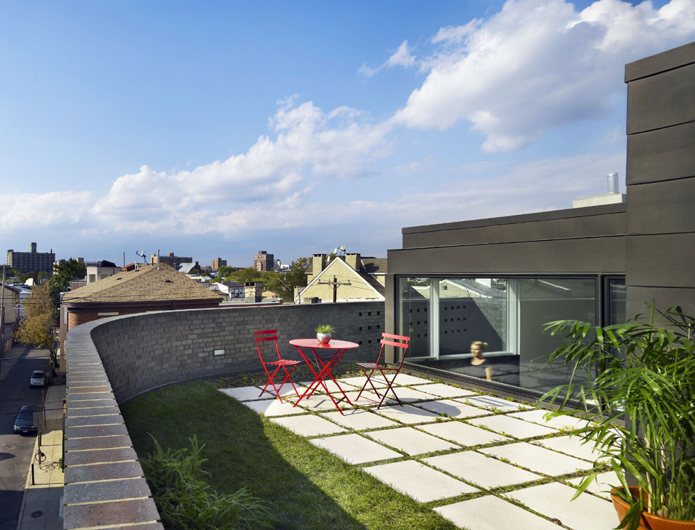 Roof Garden, Split Level House in Philadelphia by Qb Design