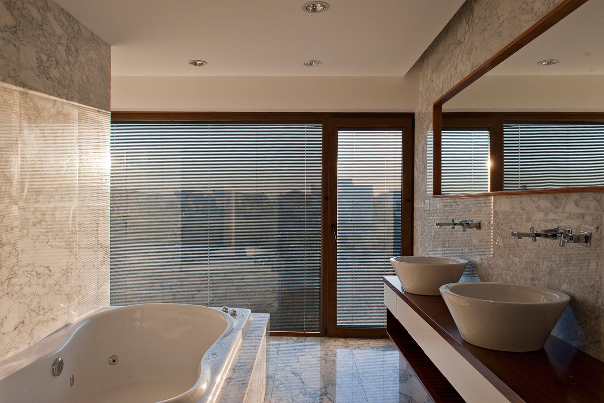 Jacuzzi, Sinks, Mirror, Bathroom, Modern House in Buenos Aires, Argentina