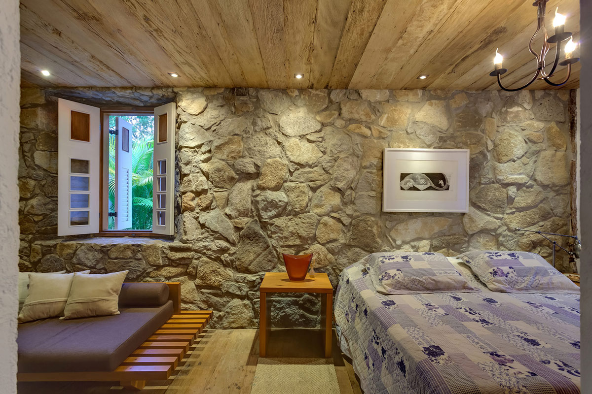 Bedroom rustic wood ceiling charming rustic house in - Paredes de piedras ...