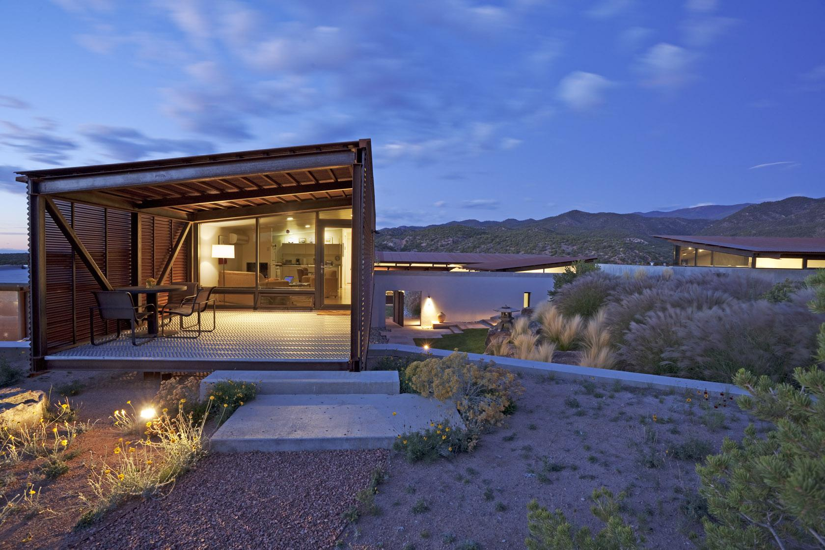 Desert house in santa fe new mexico for Pictures of modern homes