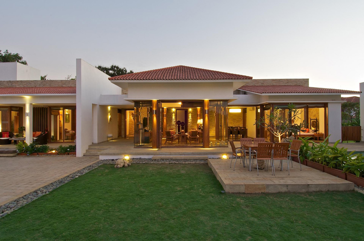 Delightful outdoor living space anish amin house in for House outside design in india