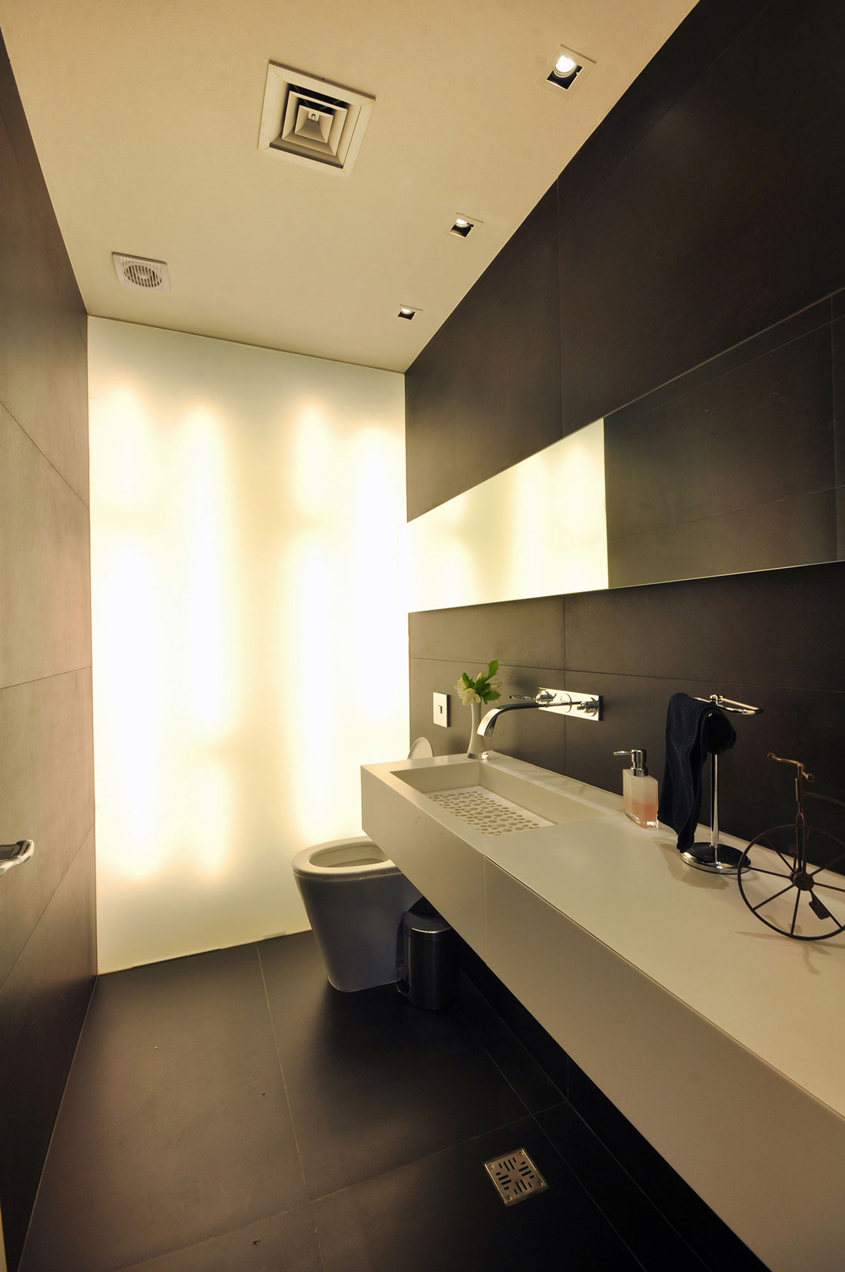 Bathroom, S-Shaped House in Cabos del Lago, Argentina