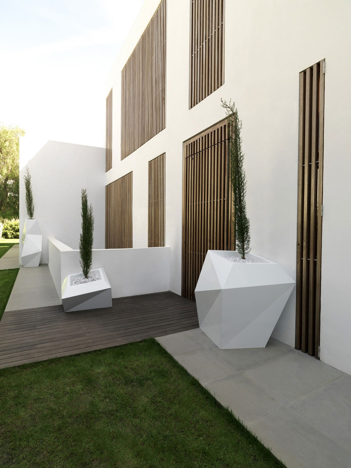 Futuristic Garden Furniture, Contemporary Home in Valencia, Spain