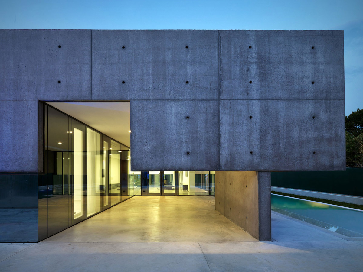 Evening, Lighting, Concrete and Glass Home in Urgnano, Italy
