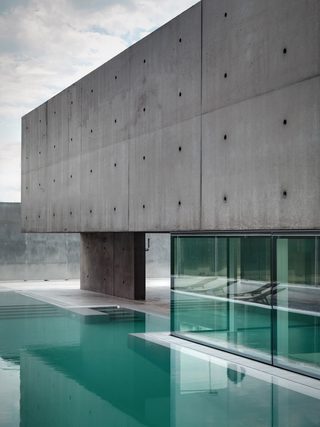 Glass Walls Exposed Concrete Concrete And Glass Home In Urgnano Italy