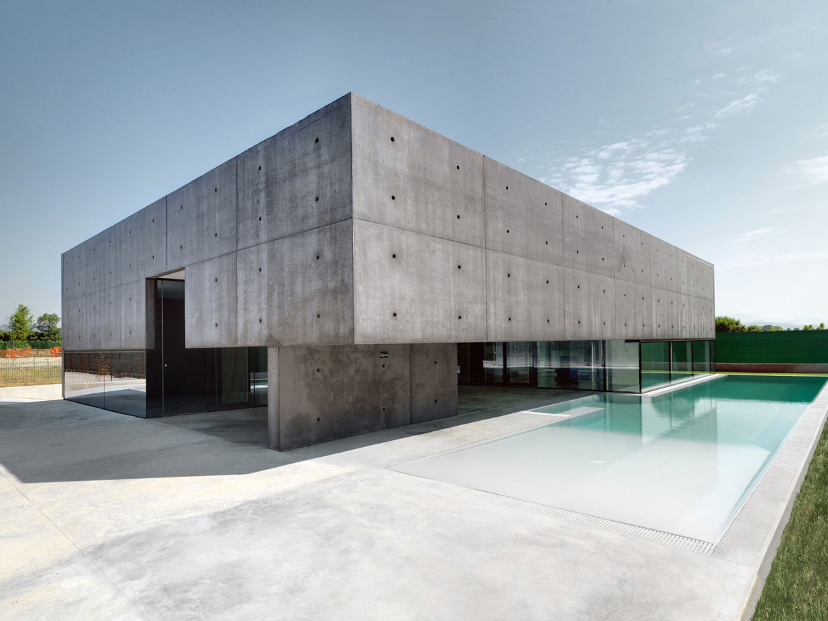Pool, Terrace, Concrete and Glass Home in Urgnano, Italy