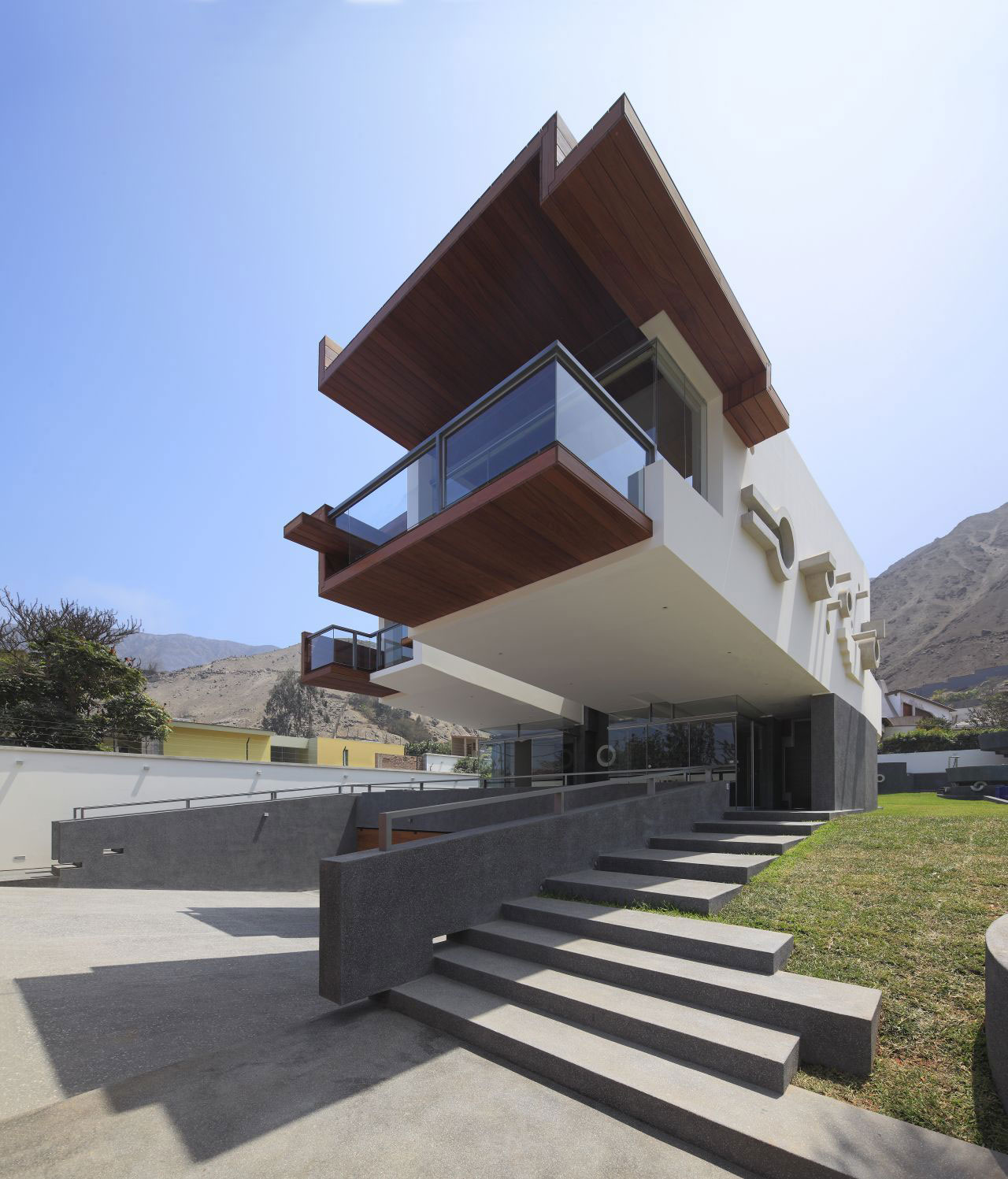 Balcony cantilever home in la planicie lima - Architecturen volumes ...