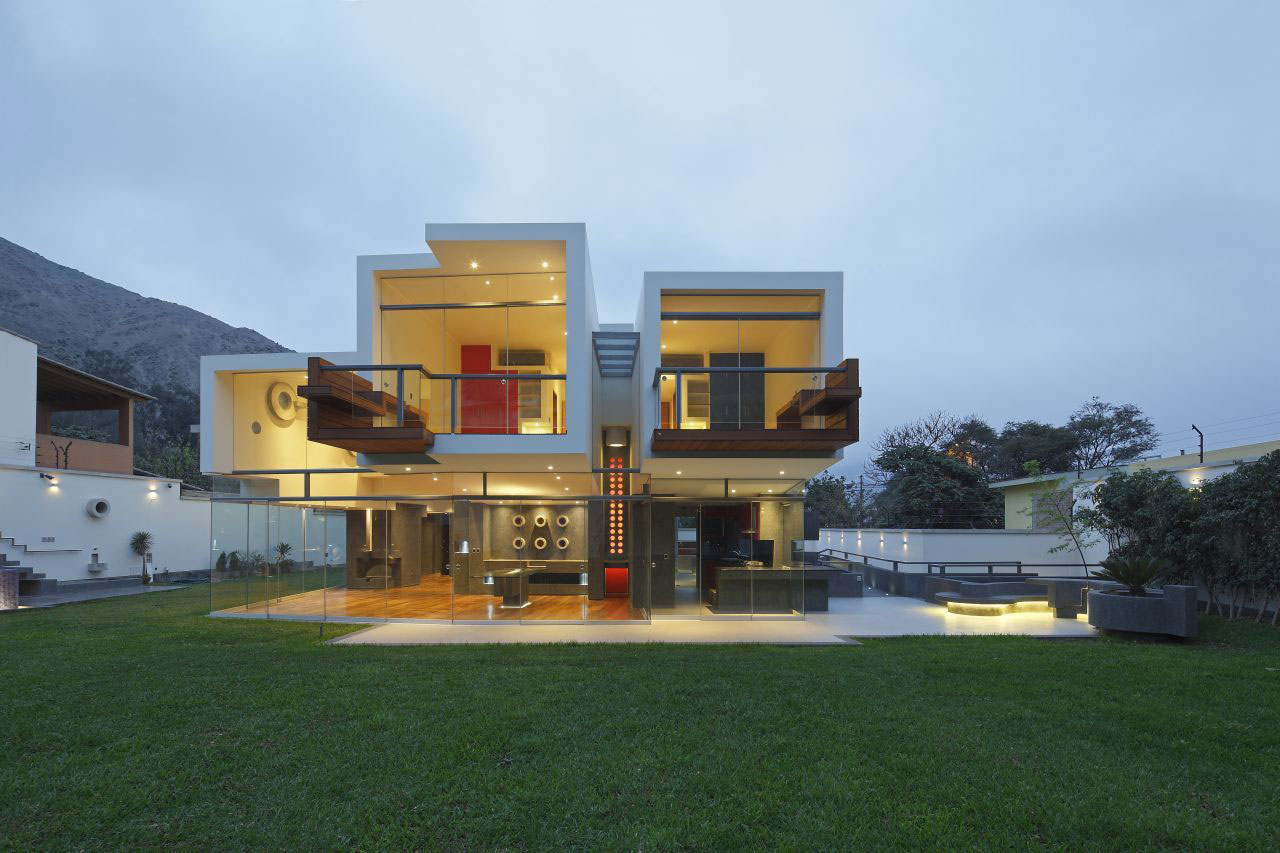Unusual cantilevered home in la planicie lima for La architecture