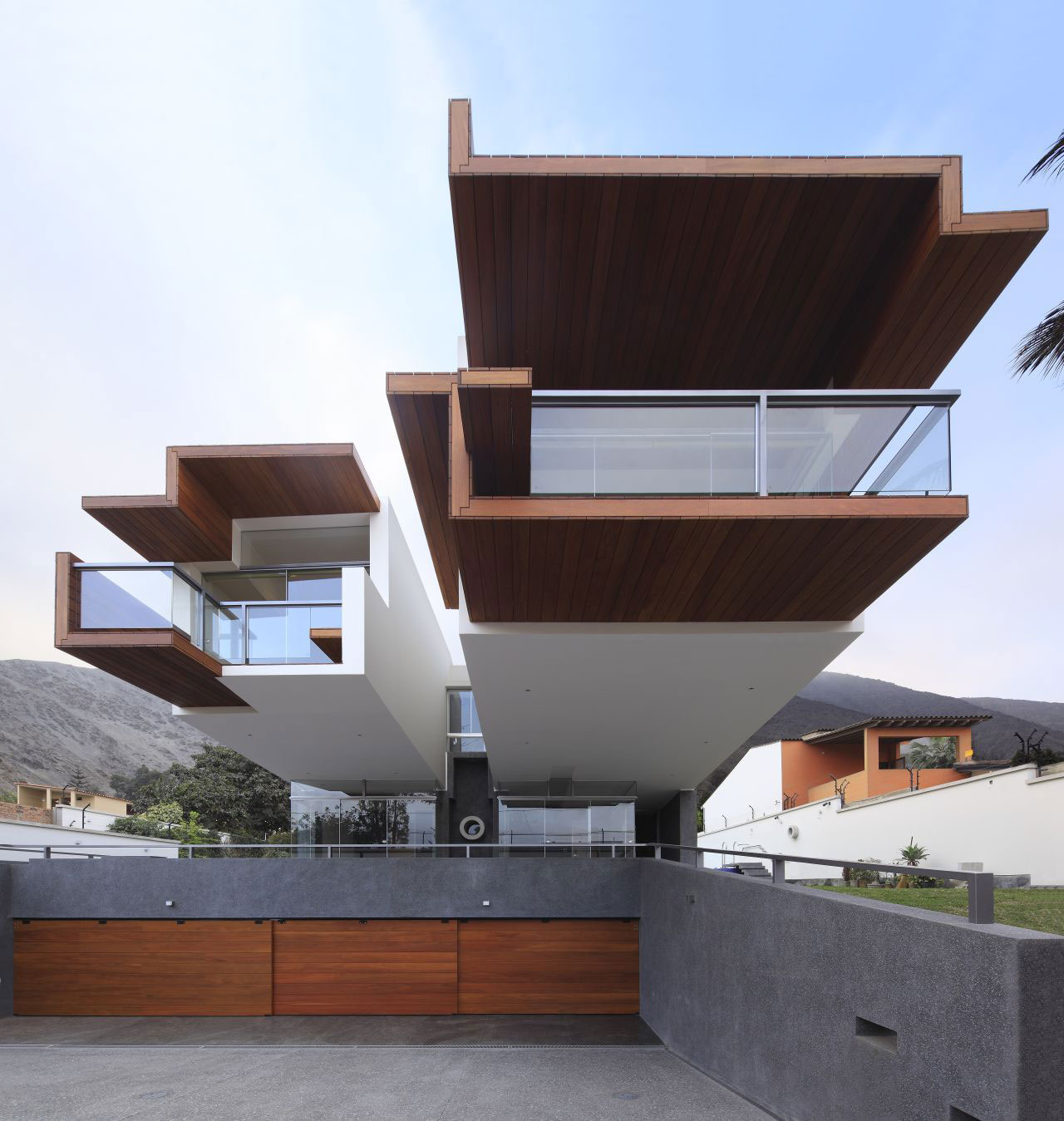 Garages, Cantilever, Home in La Planicie, Lima