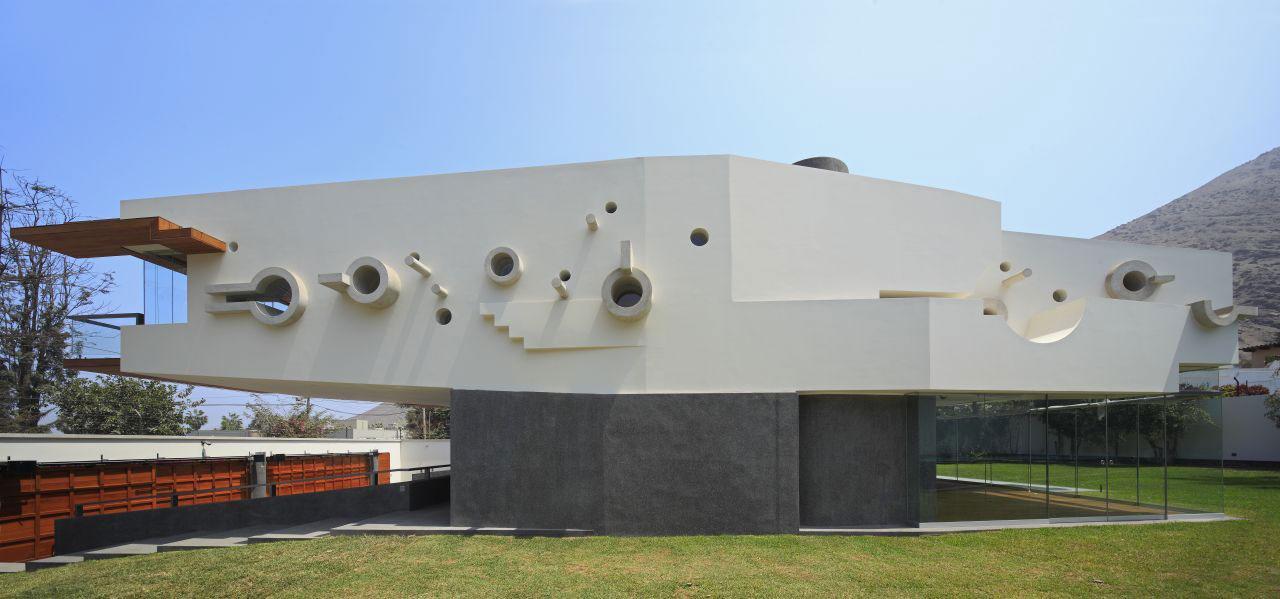 Side Facade, Home in La Planicie, Lima