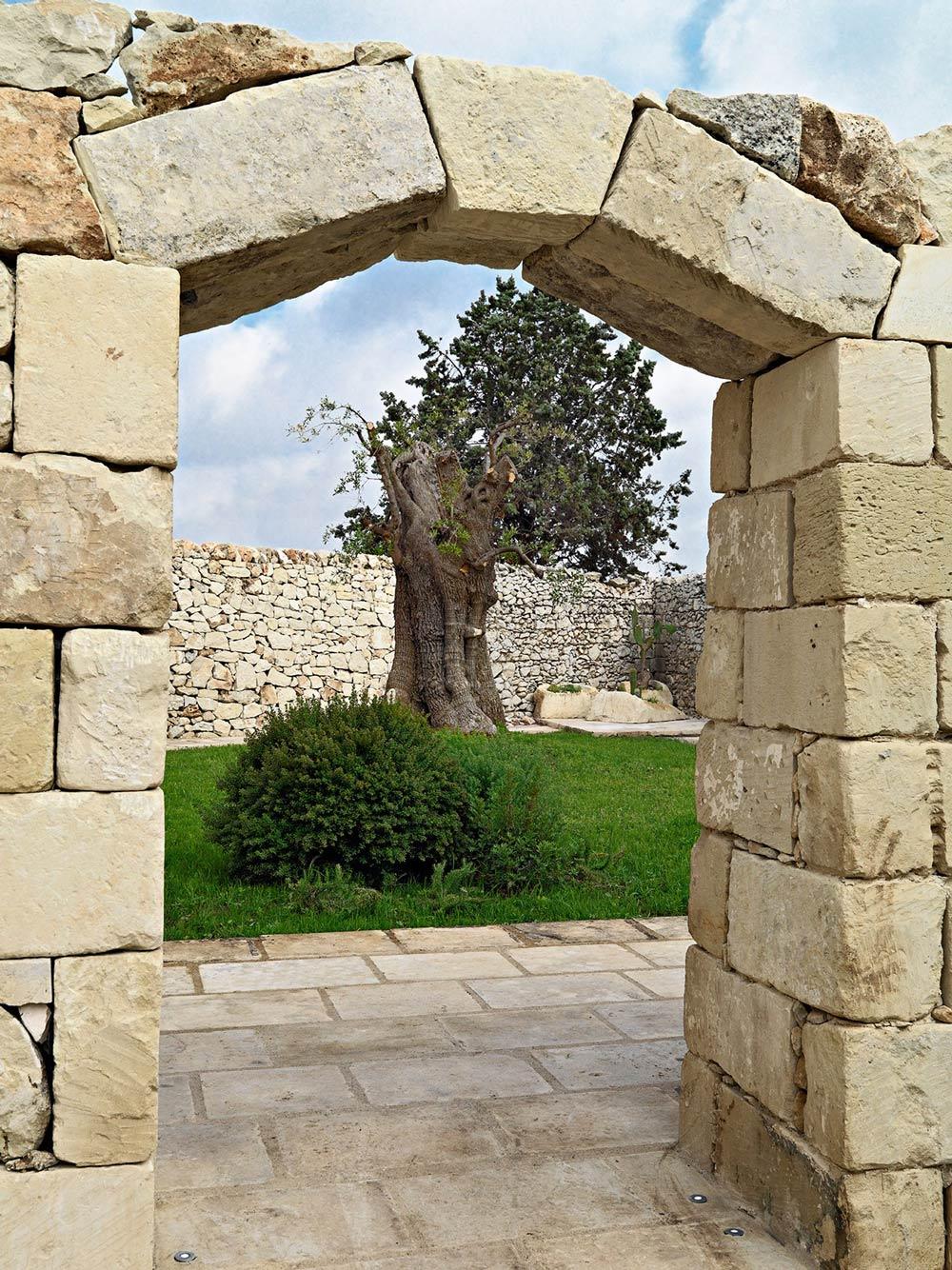 Stone Arch, Garden, Relais Masseria Capasa Hotel in ...