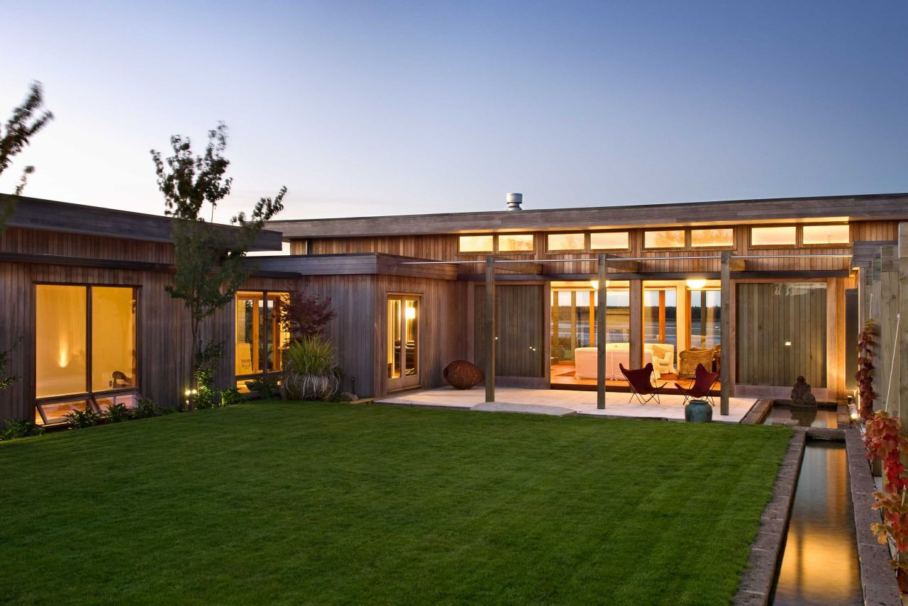 Central courtyard pergoda modern home in nelson new zealand for Contemporary house designs nz