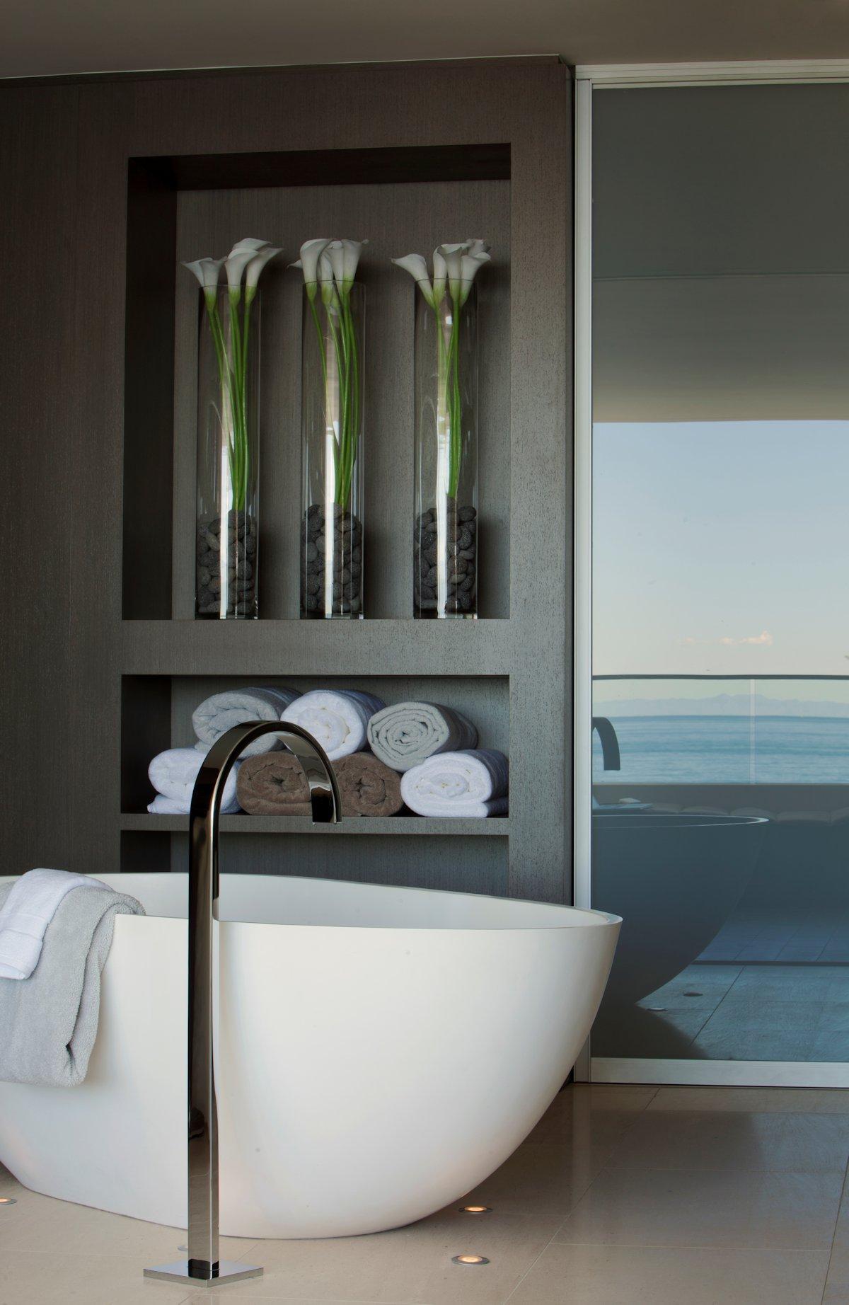 Modern Bath, Beach House in Laguna Beach, California
