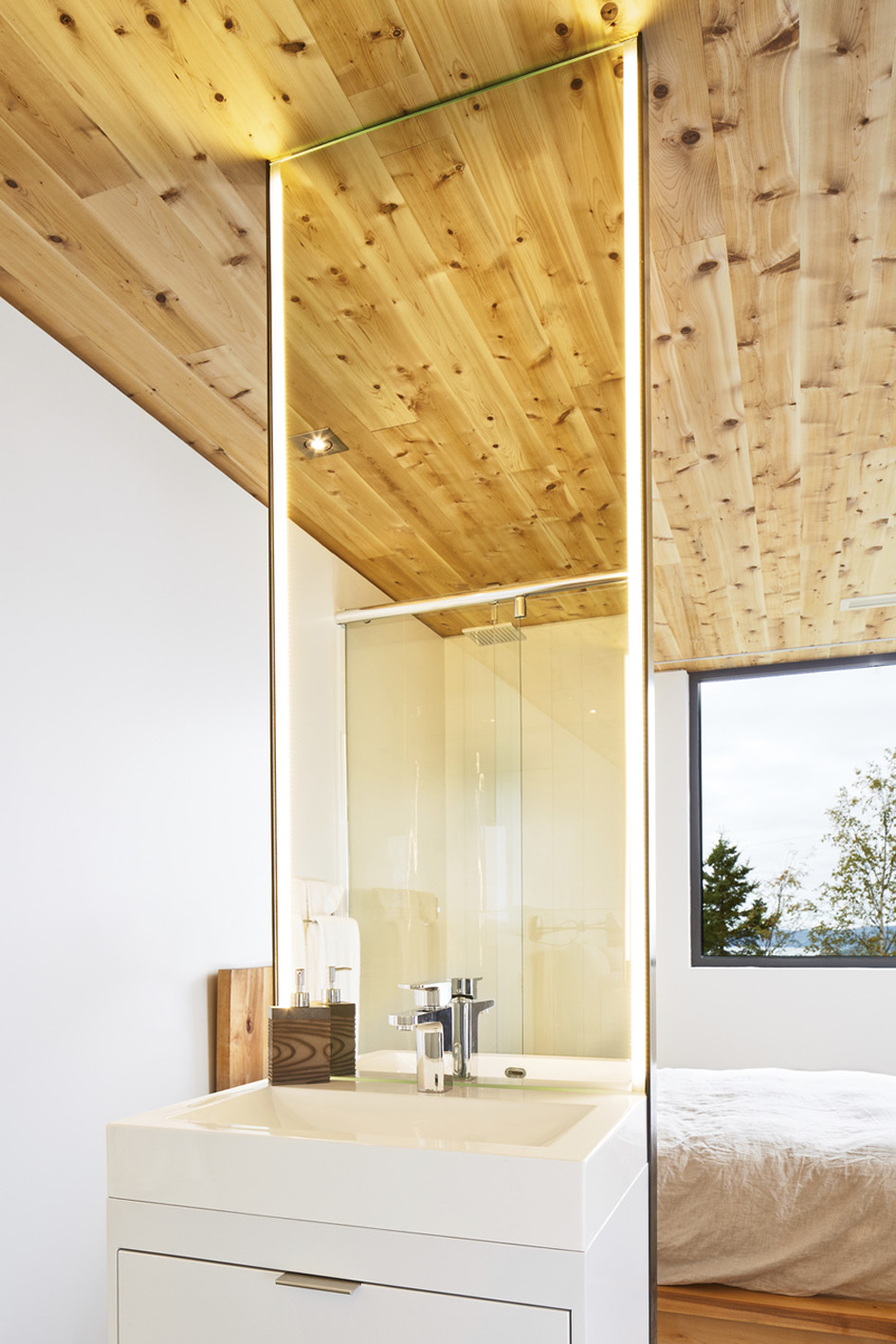 Sink, Shower, Bedroom, Malbaie VIII Residence in Charlevoix